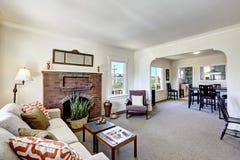 Zaal met baksteenopen haard in oud Amerikaans huis Royalty-vrije Stock Foto