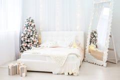 Zaal met bed en spiegel en spar Concepten Gelukkige Kerstmis, Stock Fotografie
