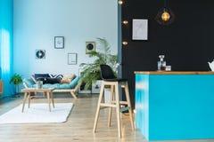 Zaal met blauw keukeneiland Royalty-vrije Stock Afbeeldingen