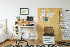 Zaal met bureau en osb raad royalty-vrije stock fotografie