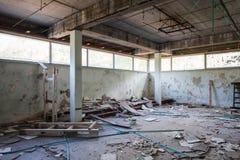 Zaal met concrete kolommen en gebroken vensters Royalty-vrije Stock Afbeelding