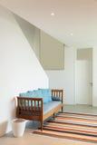 Zaal met divan en gestreepte deken Stock Afbeelding