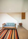Zaal met divan en gestreepte deken Royalty-vrije Stock Fotografie