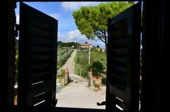 Zaal met een mening in Toscanië stock afbeeldingen