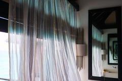 Zaal met gordijnen en spiegel die op de ruimte oneindig wijst royalty-vrije stock fotografie