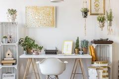 Zaal met gouden ontwerp stock foto