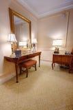 Zaal met ijdelheidslijst en spiegel Stock Foto