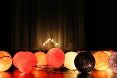 Zaal met Kerstmislichten dat wordt verfraaid Stock Fotografie