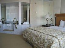 Zaal met kingsize bed en Jacuzzi Royalty-vrije Stock Fotografie