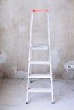 Zaal met ladder en muurachtergrond stock foto