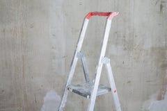 Zaal met ladder en muurachtergrond stock foto's
