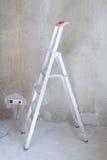 Zaal met ladder en muurachtergrond stock fotografie