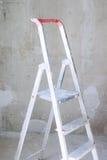 Zaal met ladder en muurachtergrond stock afbeelding
