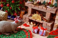 Zaal met open haard en Kerstboom voor poppen en klein speelgoed Open haard met een uiterst klein decor stock afbeelding