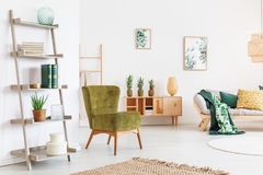Zaal met plank en stoel stock afbeelding