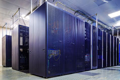 Zaal met rijen van serverhardware Stock Afbeelding