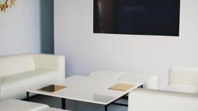 Zaal met witte bank op z'n gemak, stoelen en aardige koffietafel met dun gouden vakje stock video