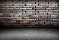 Zaal perspectief, bakstenen muur en cementgrond, grunge Stock Afbeeldingen