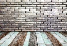 Zaal perspectief, de bakstenen muur van Grunge en houten grond Stock Foto
