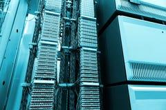 Zaal, Telecommunicatiemateriaal en servers, modern gegevenscentrum Stock Fotografie