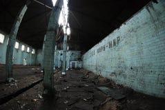 Zaal van een verlaten vernietigde fabriek Stock Fotografie