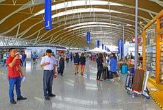 Zaal van het de luchthavenvertrek van Shanghai pudong de internationale, China Stock Afbeelding