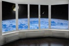 Zaal venster met mening aan ruimte boven de komeet van de de atmosfeermaan van de Aarde en sterrige kosmos royalty-vrije stock fotografie