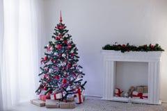 Zaal voor de giften die van de het jaarboom van de Kerstmisvakantie nieuwe wordt verfraaid Stock Foto's