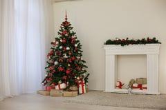 Zaal voor de giften die van de het jaarboom van de Kerstmisvakantie nieuwe wordt verfraaid Stock Afbeelding