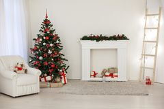 Zaal voor de giften die van de het jaarboom van de Kerstmisvakantie nieuwe wordt verfraaid Stock Afbeeldingen