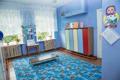 Zaal voor veranderende kleren en kasten voor persoonlijke bezittingen in kleuterschool royalty-vrije stock fotografie
