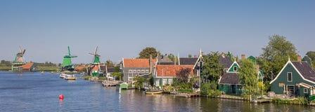 Zaan河的全景有历史房子和风车的 图库摄影