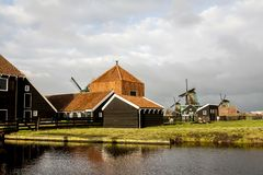 Zaandam, Нидерланд - 10-ое декабря 2009: Zaanse Schans - под открытым небом музей в городке Zaandam, Европы стоковые изображения