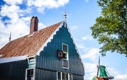 ZAANDAM, DIE NIEDERLANDE - 14. AUGUST 2016: Traditionelle niederländische Gebäudewohnnahaufnahme Allgemeine Landschaftsansicht de Stockfotos