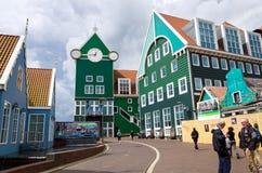 Zaandam, die Niederlande - 5. Mai 2015: Leute an Bahnhof Zaandams Lizenzfreie Stockfotos