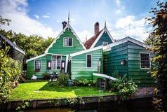 ZAANDAM NEDERLÄNDERNA - AUGUSTI 14, 2016: Traditionell bostads- holländsk byggnadsnärbild Allmän landskapsikt av staden Arkivfoton