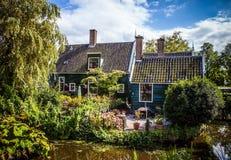 ZAANDAM NEDERLÄNDERNA - AUGUSTI 14, 2016: Traditionell bostads- holländsk byggnadsnärbild Allmän landskapsikt av staden Royaltyfri Foto
