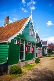 ZAANDAM NEDERLÄNDERNA - AUGUSTI 14, 2016: Traditionell bostads- holländsk byggnadsnärbild Allmän landskapsikt av staden Royaltyfria Bilder