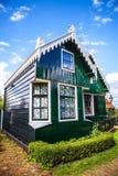 ZAANDAM NEDERLÄNDERNA - AUGUSTI 14, 2016: Traditionell bostads- holländsk byggnadsnärbild Allmän landskapsikt av staden Fotografering för Bildbyråer