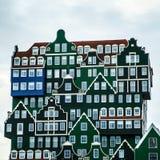 ZAANDAM NEDERLÄNDERNA - JUNI 13, 2016: Allmänna landskapsikter i traditionell arkitektur av den Zaan regionen på skymning Royaltyfria Foton
