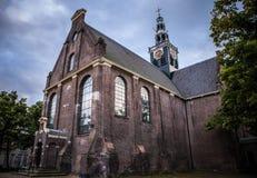 ZAANDAM NEDERLÄNDERNA - JUNI 13, 2016: Allmänna landskapsikter i traditionell kyrklig arkitektur av den Zaan regionen på skymning Royaltyfri Foto