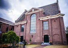 ZAANDAM NEDERLÄNDERNA - JUNI 13, 2016: Allmänna landskapsikter i traditionell kyrklig arkitektur av den Zaan regionen på skymning Royaltyfria Foton
