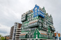 Zaandam Nederländerna - Maj 5, 2015: Inntel hotellgränsmärke i Zaandam arkivbilder