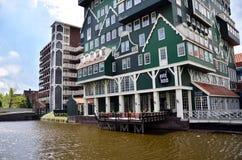 Zaandam, Nederland - Mei 5, 2015: De Hotels van Inntel van het toeristenbezoek in Zaandam, Nederland Royalty-vrije Stock Foto
