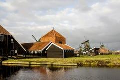 Zaandam, os Países Baixos - 10 de dezembro de 2009: Zaanse Schans - um museu do ar livre na cidade de Zaandam, Europa imagens de stock