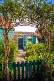 ZAANDAM, PAÍSES BAIXOS - 14 DE AGOSTO DE 2016: Close-up holandês residencial tradicional das construções Opinião geral da paisage Foto de Stock