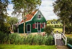 ZAANDAM, PAÍSES BAIXOS - 14 DE AGOSTO DE 2016: Close-up holandês residencial tradicional das construções Opinião geral da paisage Imagem de Stock
