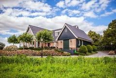 ZAANDAM, PAÍSES BAIXOS - 14 DE AGOSTO DE 2016: Close-up holandês residencial tradicional das construções Opinião geral da paisage Foto de Stock Royalty Free