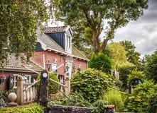 ZAANDAM, PAÍSES BAIXOS - 14 DE AGOSTO DE 2016: Close-up holandês residencial tradicional das construções Opinião geral da paisage Imagem de Stock Royalty Free