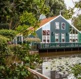ZAANDAM, PAÍSES BAIXOS - 14 DE AGOSTO DE 2016: Close-up holandês residencial tradicional das construções Opinião geral da paisage Fotos de Stock